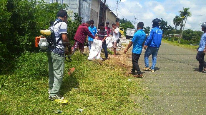 Saat Turun ke Jalan, Mahasiswa STKIP Ruteng Pegang Sapu dan Parang serta mesin potong rumput.