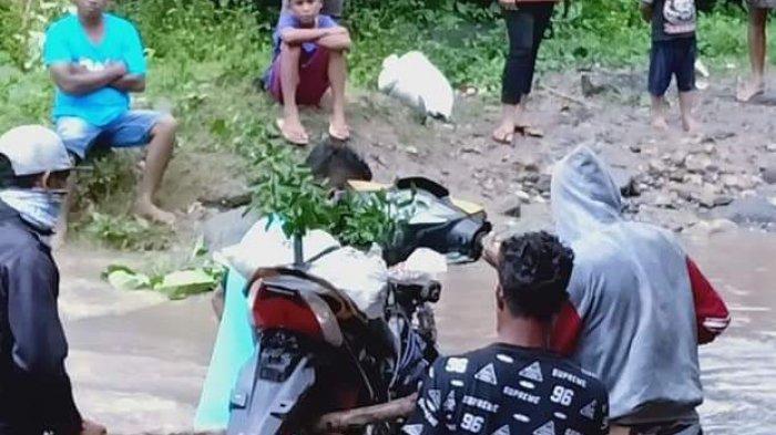 Motor Sulit Lalui Jalan Provinsi Saat Banjir di Tendaleo Wewaria Ende