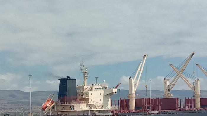 Aktivitas di Pelabuhan Laut Waingapu Saat PPKM Level IV