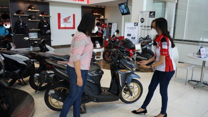 Suasana di tempat penjualan sepeda motor honda. Saat ini MPM Honda Jatim memberlakukan program Hujan 1 Kg Emas bagi pembelian sepeda motor honda. Program ini hanya berlaku di Jawa Timur dan NTT.