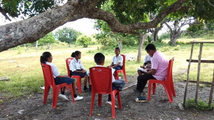 Tak Miliki Ruang Kelas, Siswa SMPN 6 Lembor Selatan Lakukan KBM di Bawah Pohon dan Lorong Sekolah