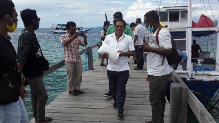 Pikul Beras Bantuan, Edi Endi Serahkan 50 Paket Sembako Bagi Warga Pulau Seraya Kecil Labuan Bajo