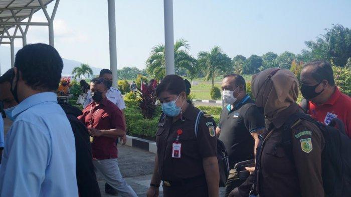 Suasana tibanya tersangka MB di Bandara Hasan Aroeboesman Ende, Kamis (3/6/2021).