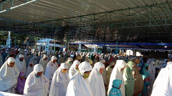 Suasana Umat Muslim Ikut Sholat Ied di Mesjid Nurul Jihad Borong