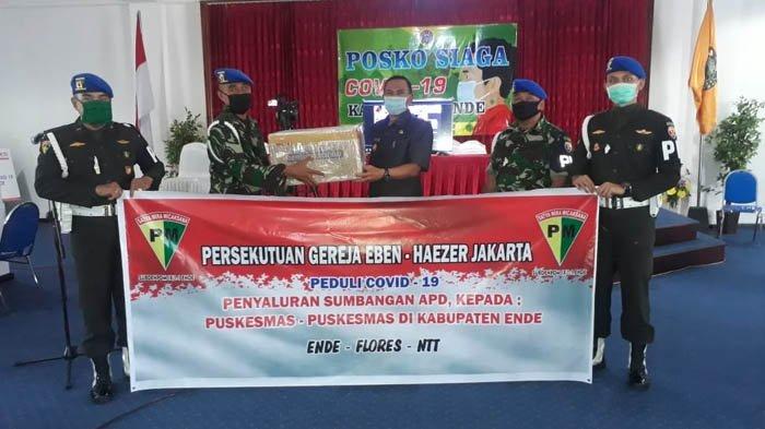 Sub Denpom IX/1-1 Ende Serahkan APD dari Persekutuan Gereja Ebenhaezer Jakarta untuk Gugus Tugas