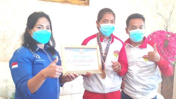 Anggota DPR RI Anita Gah Serahkan Bantuan Rp 50 Juta Bagi Peraih Medali Emas  NTT Susanti Ndapataka