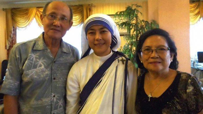 Suster Lucy Agnes diapit oleh jemaat yang bersimpati kepadanya. (kbkkindonesia.org)