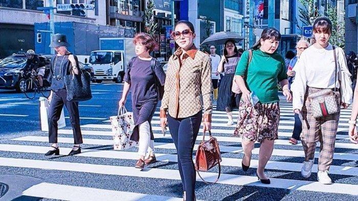 Curi Perhatian, Aksi Syahrini Istri Reino Barrack Saat Melintasi Zebra Cross di Tokyo Jepang