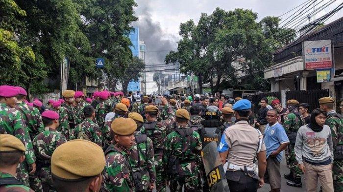 Tanpa Bawa Senjata, TNI-Polri Mediasi dengan Massa, Kerusuhan di Flyover Slipi Mereda