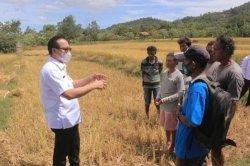 Bupati Belu, dr. Taolin Agustinus, Sp.PD bertemu petani di Tulakadi, Rabu 5 Mei 2021.