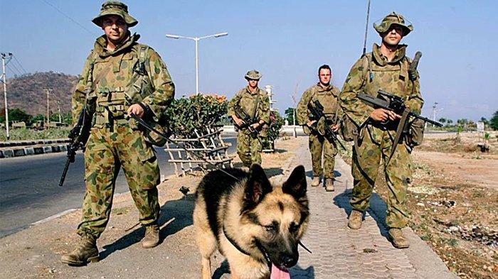 Pasukan penjaga perdamaian dari Australia sedang melakukan patroli di Dili, Timor Leste pada 1999.