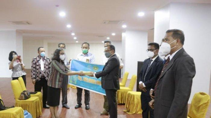 Peduli Bencana di NTT, Universitas Sebelas Maret Serahkan Donasi Rp 50 Juta Melalui Undana Kupang