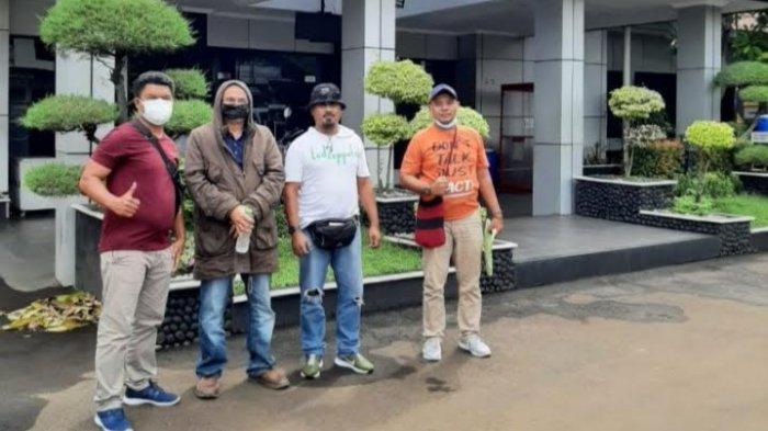 Tersangka, Yezkial Rudolf Yusuf Litualy (masker hitam) saat ditangkap Tim Buser Polsek Oebobo di Bekasi