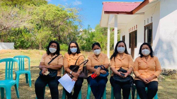 Tim Dharma Wanita Persatuan (DWP) Provinsi NTT yang bertugas memberikan makanan tambahan di Posyandu Laus, Desa Nunkurus Kabupaten Kupang, Kamis 10 Juni 2021