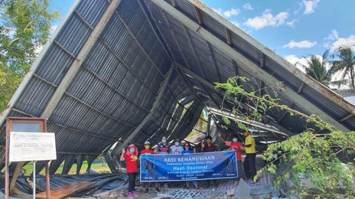 Tim lapangan Hash dipimpin Theo Widodo bersama gembala jemaat Pendeta Meidy Mokolomban, pose bersama di dalam bangunan gereja GPdI El-Saddai Bakunase Kupang yang runtuh total, Jumat (16/4/2021