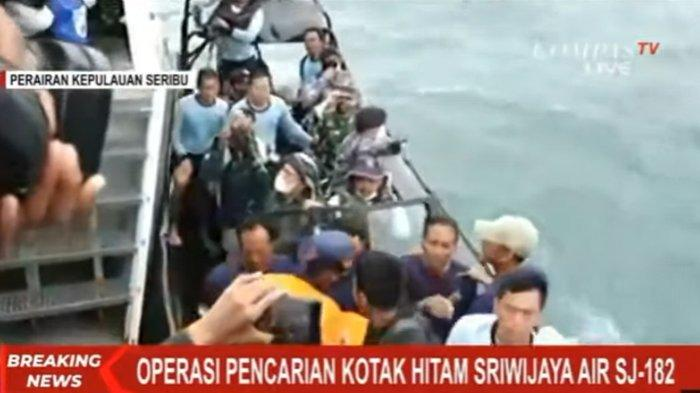 Petugas pencari kotak hitam pesawat Sriwijaya SJ 182 di perairan Kepulauan Seribut, Selasa (12/1/2021).