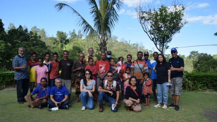 Dukun (tengah baju merah) saat berada di desa Fatukoto Kecamatan Molo Utara Kabupaten Timor Tengah Selatan Senin 26 April 2021