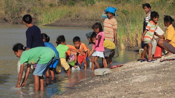 Timba Air Embung Kotor Kades Renduwawo Akui Warganya Kesulitan Akses Air Bersih