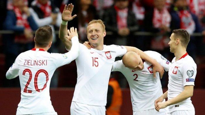 Pemain Polandia Kamil Glik (tengah) merayakan gol kedua bersama Michal Pazdan (kiri) dan rekam tim lainnya saat mengalahkan latvia 2-0 dalam pertandingan kualifikasi grup G Euro 2020 di PGE Narodowy, Warsawa, Minggu (24/3/2019).