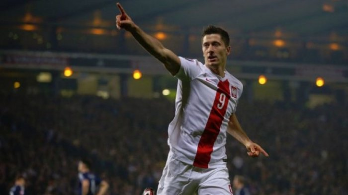Penyerang tim nasional Polandia, Robert Lewandowski merayakan golnya ke gawang Montenegro dalam laga kualifikasi Piala Dunia 2018 Zona Eropa Grup E di Stadion Kota Podgorica, Podgorica, Montenegro, Minggu (26/3/2017) setempat.