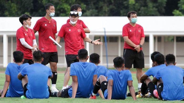 Pelatih Timnas Indonesia Shin Tae-yong sedang memberikan arahan kepada para pemain Timnas U19 Indonesia saat sesi latihan di Stadion Madya, Senayan, Jakarta Pusat.