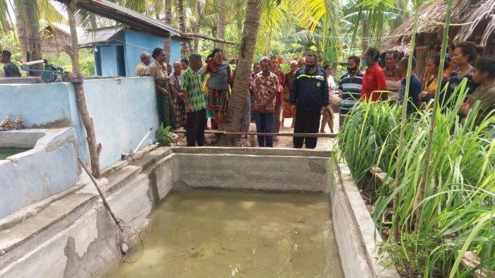 Kolam ikan yang menjadi TKP ditemukan korban Maurit Taopan (5) warga Dusun 4 Kampung Koka, Desa Pakubaun Kecamatan Amarasi Timur, Kabupaten  Kupang, Jumat 30 April 2021
