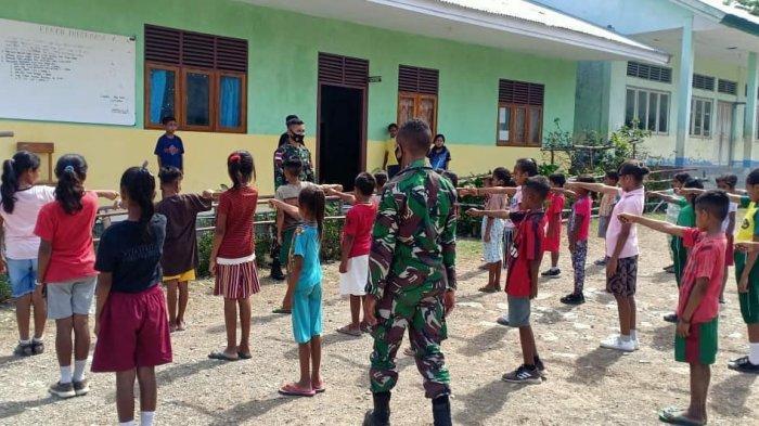 TNI Bantu Ajar Siswa di SDI Lookeu-Belu