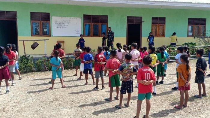 MENGAJAR--Personel Satgas Pamtas RI-RDTL Yonif RK 744/SYB mengajar Peraturan Baris Berbaris (PBB) kepada siswa-siswi SD Inpres Lookeu, Desa Lookeu, Kecamatan Tasifeto Barat, Jumat (16/10/2020).