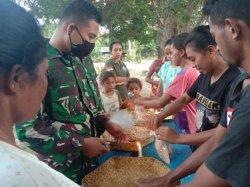 TNI Ajarkan Warga Desa Alas Selatan Buat Tempe