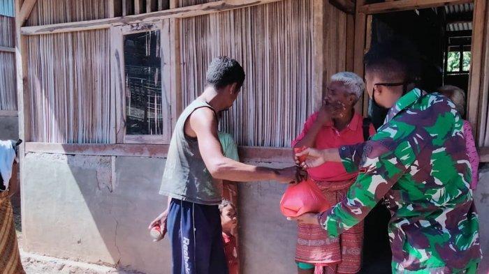 BERI SEMBAKO--Personel Pos Nananoe Satgas Pamtas RI-RDTL Yonif RK 744/SYB berbagi kasih dengan warga perbatasan berupa pemberian sembako, Sabtu (17/10/2020).