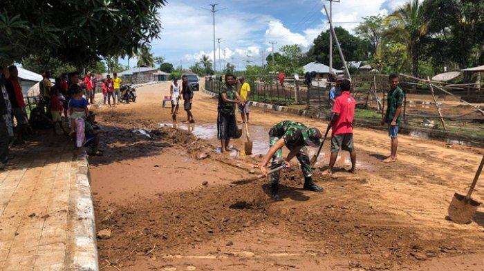 TNI dan Warga Gotong Royong Bersihkan Lumpurdi Jalan Utama Motaain-Atapupu