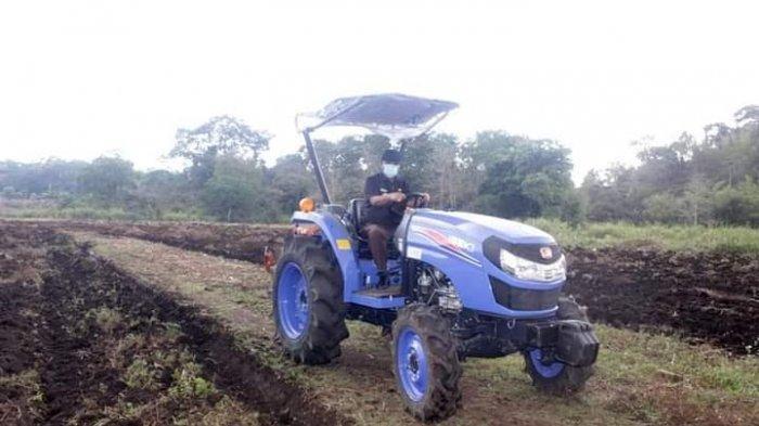 Bupati Yohanis Dade Turunkan Tractor Bantu Warga Desa Manola Kelolah Lahan Tidur
