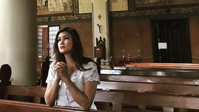 Tracy Trinita saat berdoa di gereja