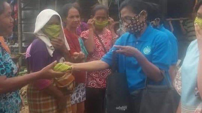 Turun Pasar, Ketua TP PKK Sumba Barat Bagi-bagi Masker