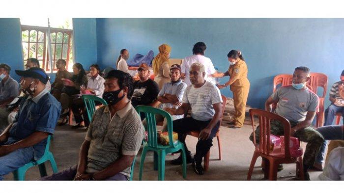 Warga pemilik lahan di Kelurahan Weri saat menggelar pertemuan dengan pemerintah daerah di kantor lurah Weri membahas pembayaran ganti rugi lahan