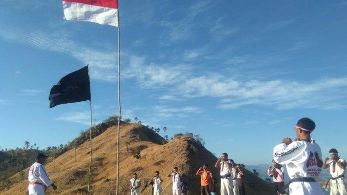 Tarung Derajat Mabar Kibarkan Bendera Merah Putih di Bukit Silvia Labuan Bajo