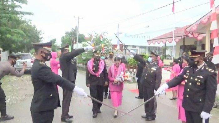 Upacara pedang pora menghantar kepergian mantan Kapolres Malaka, AKBP Albert Neno dan istri di Mapolres Malaka, Kamis (6/5).