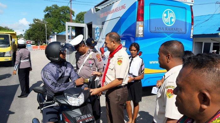 UPT Penda Kabupaten Kupang Bagikan Bunga di Momen Valentine Day