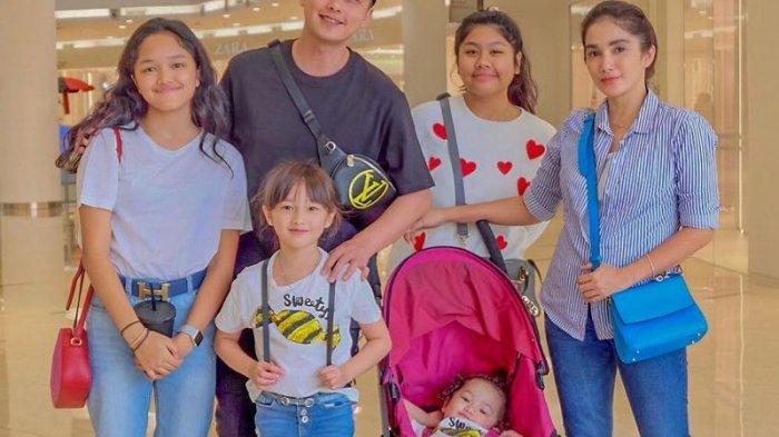 Ussy Sulistiawaty bersama suami dan keempat anaknya