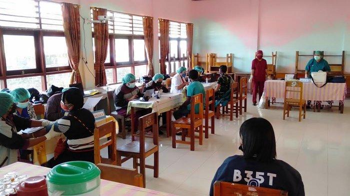 Para Guru di SMAS Katolik Regina Pacis Bajawa Kabupaten Ngada Terima Vaksin Dosis Kedua
