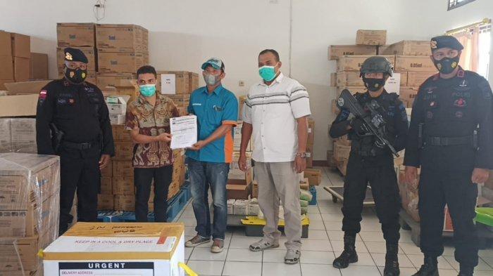 Polda NTT Lakukan Pengawalan 80 Vial Vaksin Sinovac saat Tiba di Bandara El Tari Kupang