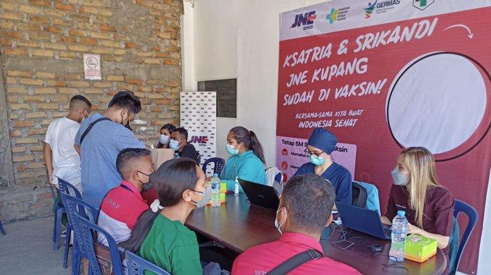 Vaksinasi Covid-19 oleh JNE Kupang 27-28 Agustus 2021 berhasil  menjangkau 298 orang yang terdiri dari Ksatria dan Srikandi JNE Kupang, customer, dan masyarakat di sekitar kantor JNE Kupang.