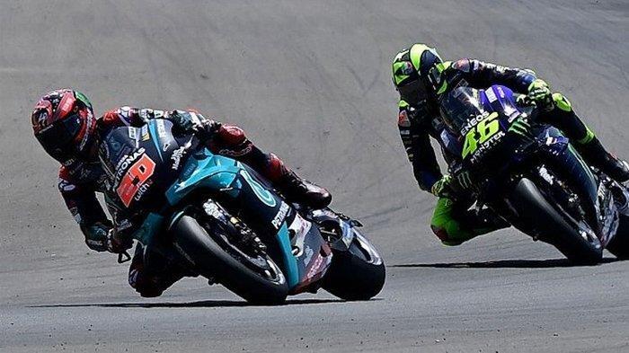 Pebalap Petronas Yamaha SRT, Fabio Quartararo, berduel dengan Valentino Rossi di MotoGP Andalusia, Sirkuit Jerez, Minggu (26/7/2020).