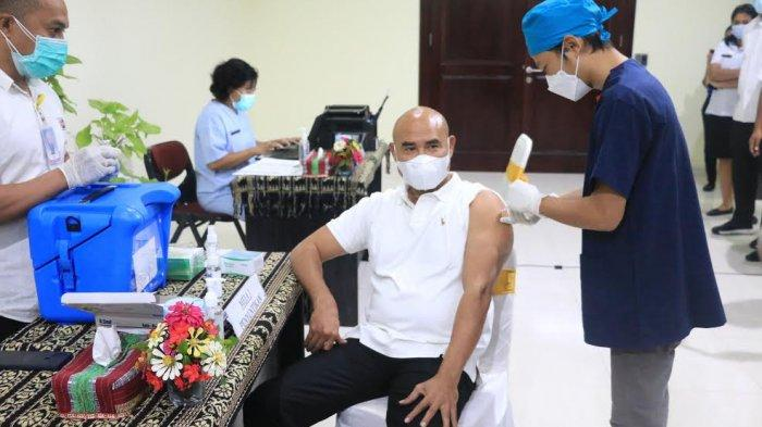 Gubernur Viktor Bungtilu Laiskodat Terima Vaksin AstraZeneca Dosis Pertama