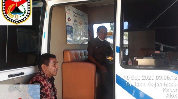WABUP-wabup Sikka, Romanus Woga membayar pajak di Mobil Keliling pelayanan pajak di depan Kantor Lurah Kabor.
