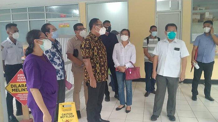 Wagub NTT, Josef Adrianus Nae Soi berbincang bersama pengelola RS Carolus Borromeus usai memantau penanganan pasien Covid-19 di rumah sakit itu, Sabtu (30/1) siang.