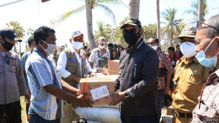 Wakil Gubernur NTT Serahkan Bantuan bagi korban Bencana Siklon Tropis Seroja di Sabu Raijua