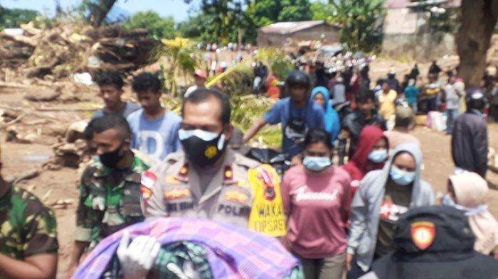 Wakapolres Yance Terharu dan Menangis Saat Gendong Bayi Korban Meninggal Banjir Adonara, Sedih