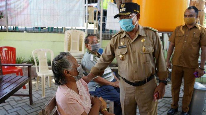 VAKSIN LANSIA -- Wakil Wali Kota Kupang pantau vaksinasi bagi lansia, Senin 8 Maret 2021.
