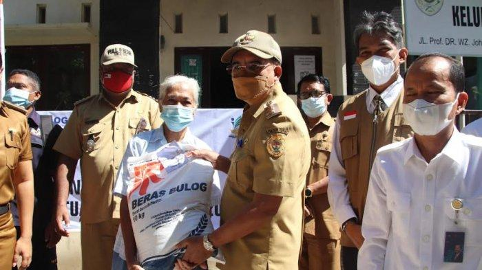 Warga Kota Kupang Terdampak PPKM Terima Bantuan Beras